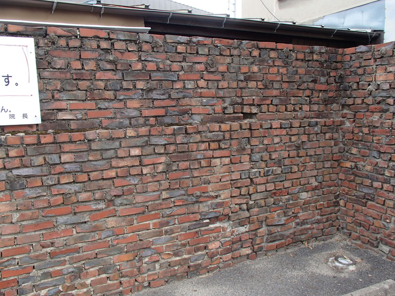 西藤小児科の古いレンガ塀
